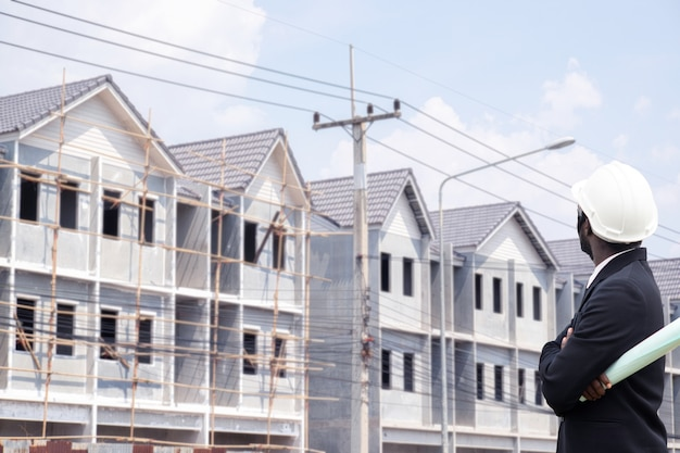 Uomo africano di ingegneria con la costruzione di edifici