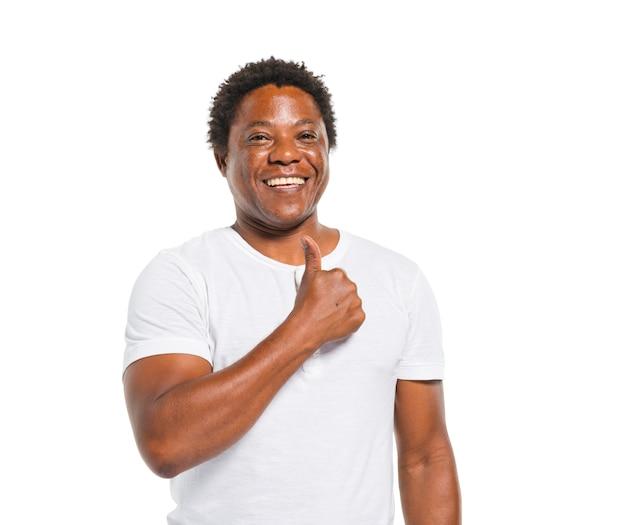 Uomo africano felice che mostra i pollici su