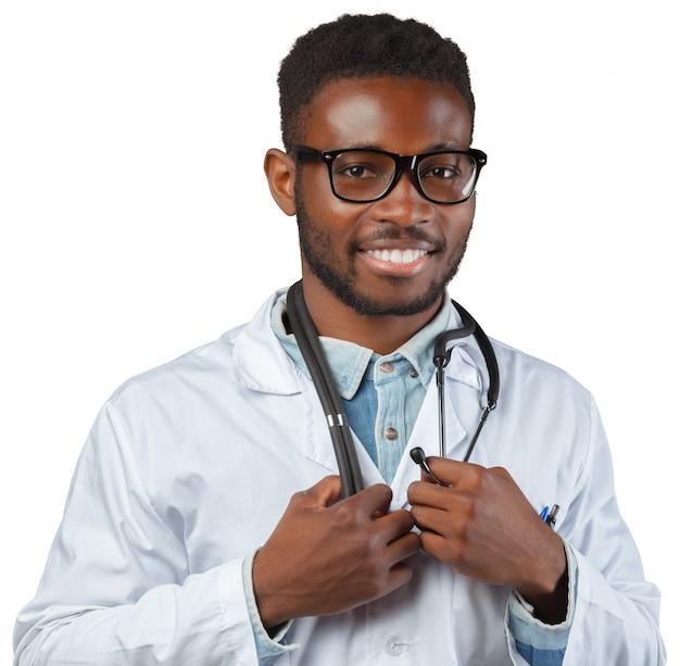 Uomo africano medico isolato su sfondo bianco