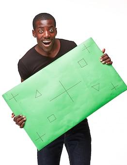 Uomo africano sorridente come uomo d'affari nero con pannello verde