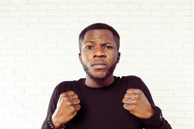Uomo afroamericano arrabbiato