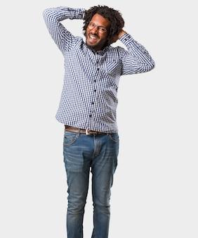 Uomo afroamericano bello di affari pazzo e disperato, gridante senza controllo