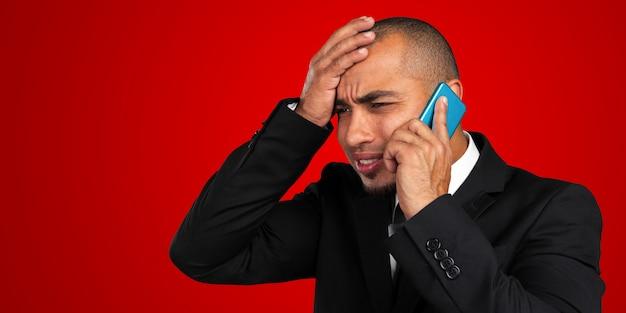 Uomo afroamericano che parla sul telefono cellulare