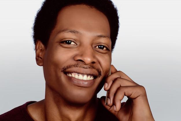 Uomo afroamericano che parla sul telefono
