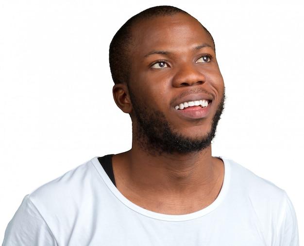 Uomo afroamericano che pensa a qualcosa isolato su bianco