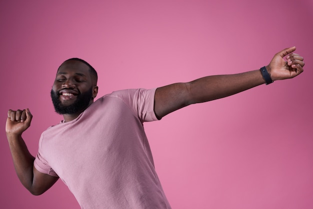 Uomo afroamericano che posa allungamento isolato.