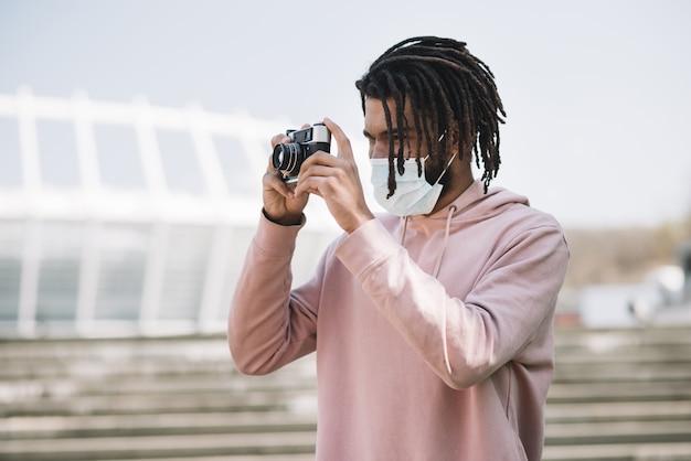 Uomo afroamericano che prende una foto