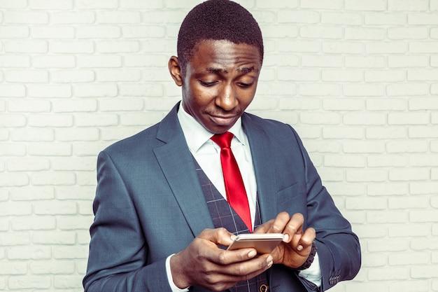 Uomo afroamericano con samrtphone