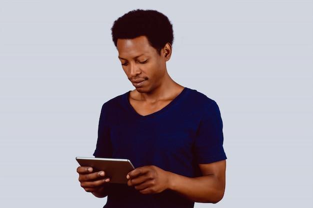 Uomo afroamericano con tavoletta digitale.