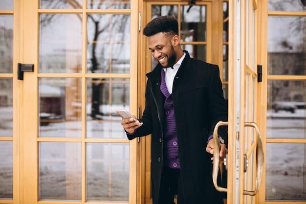 Uomo afroamericano con telefono