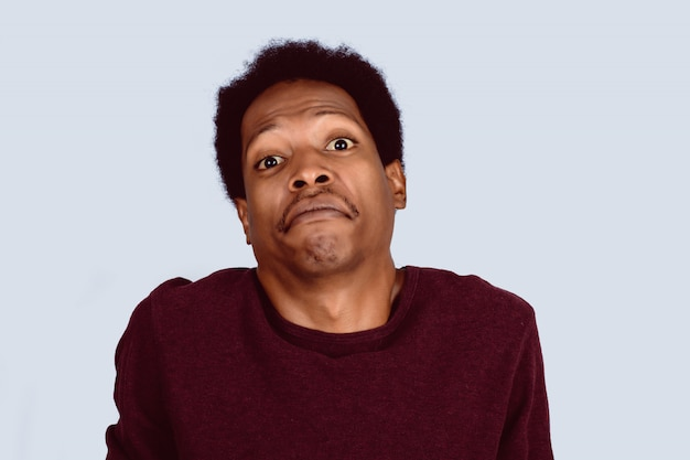 Uomo afroamericano confuso.