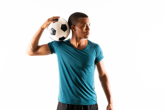 Uomo afroamericano del giocatore di football americano sopra bianco isolato