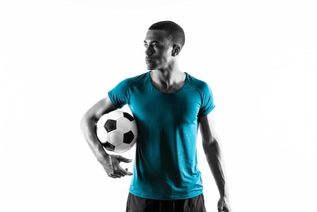 Uomo afroamericano del giocatore di football americano sopra fondo bianco isolato
