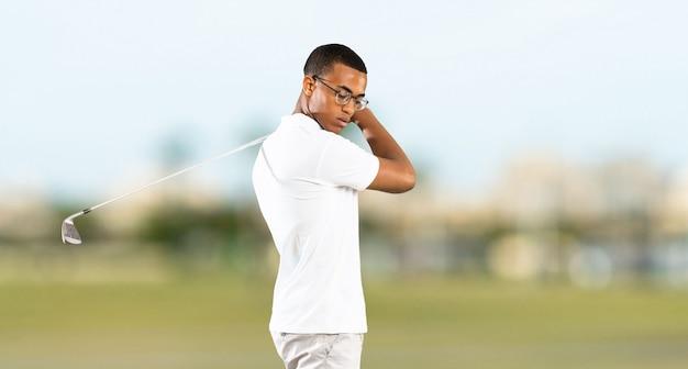 Uomo afroamericano del giocatore di giocatore di golf a all'aperto