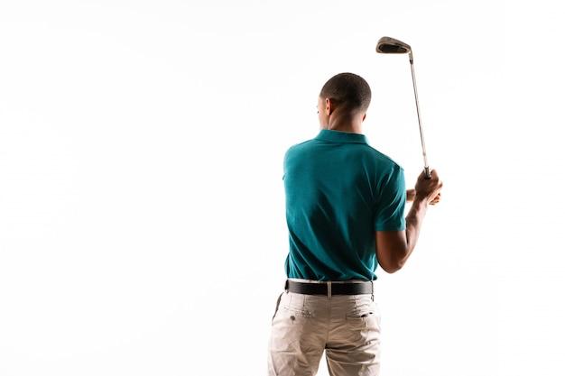 Uomo afroamericano del giocatore di giocatore di golf sopra fondo bianco isolato