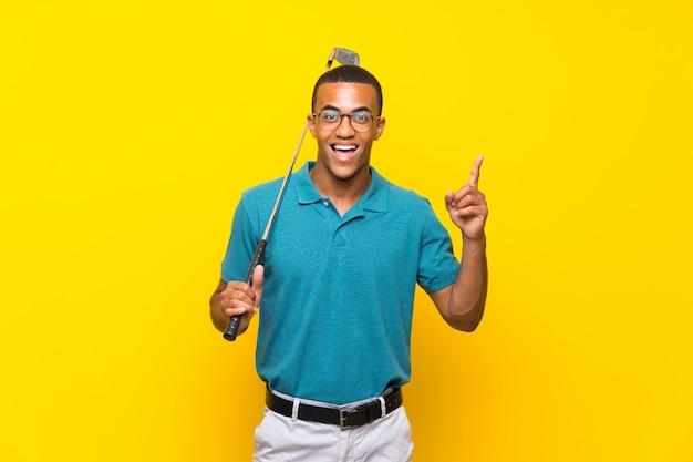 Uomo afroamericano del giocatore di golf che indica una grande idea