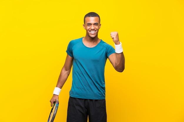 Uomo afroamericano del giocatore di tennis
