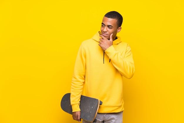 Uomo afroamericano del pattinatore che pensa un'idea