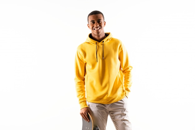 Uomo afroamericano del pattinatore sopra bianco isolato