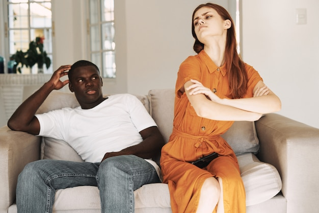 Uomo afroamericano e coppia donna bianca con telefoni, litigio familiare