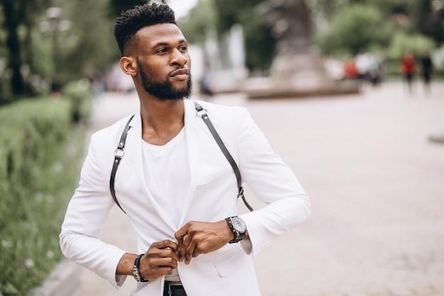 Uomo afroamericano in giacca bianca