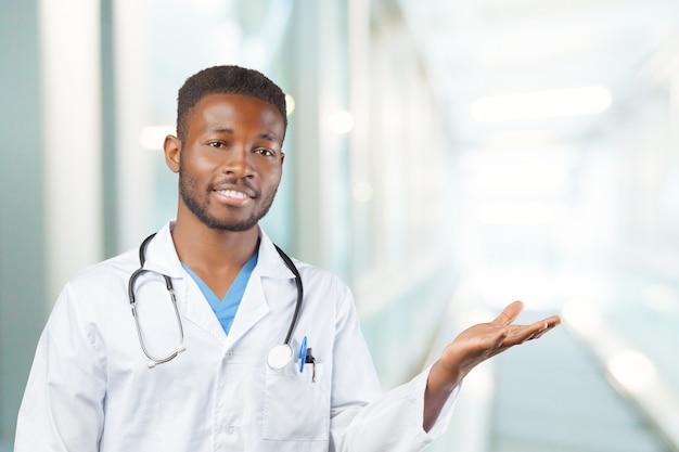 Uomo afroamericano medico nero
