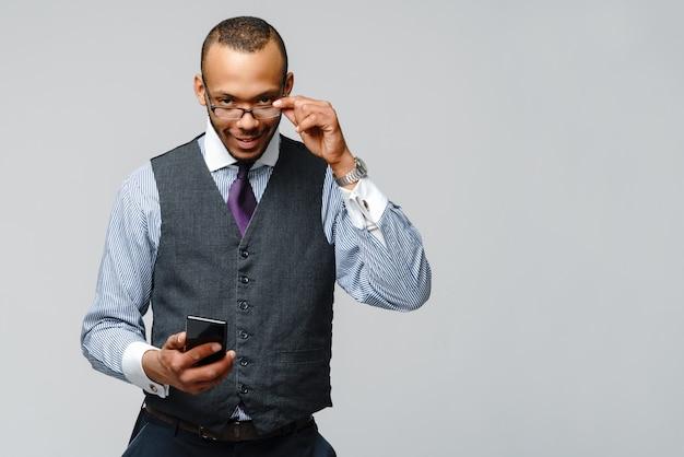 Uomo afroamericano professionale di affari che parla sul telefono cellulare mobile