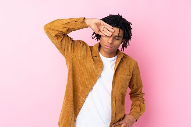 Uomo afroamericano sulla parete rosa