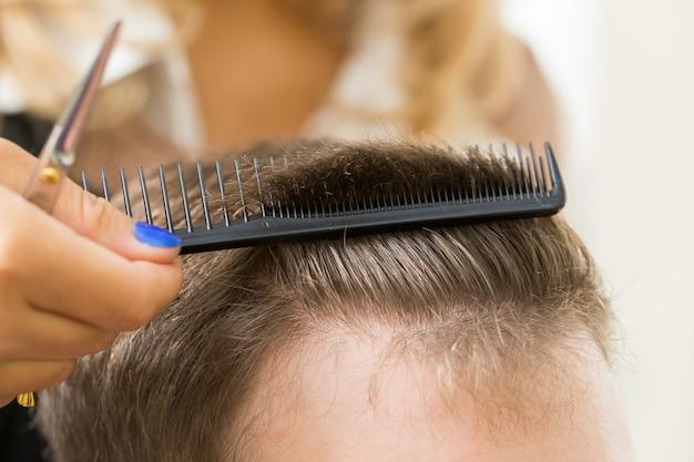 Uomo al parrucchiere