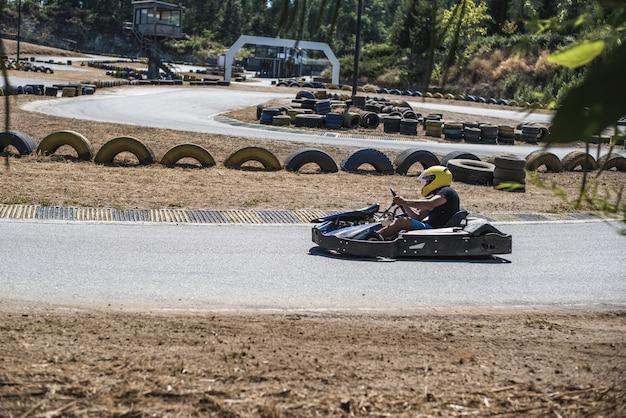 Uomo alla guida di un kart in pista