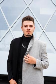 Uomo alla moda che guarda l'obbiettivo