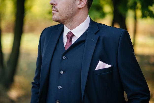 Uomo alla moda che tiene un primo piano della farfalla. moda.