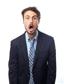 Uomo alla moda con la bocca aperta