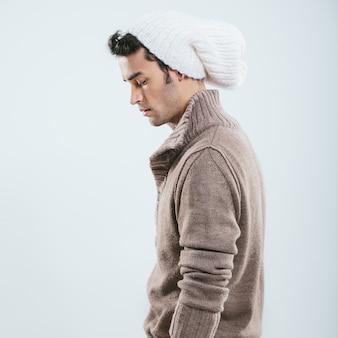 Uomo alla moda in abiti invernali a maglia