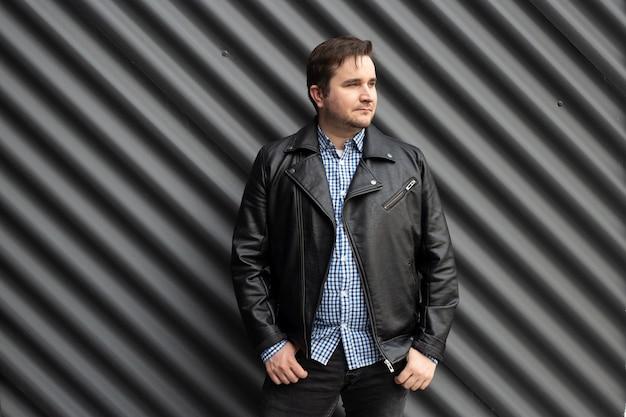 Uomo alla moda in background urbano