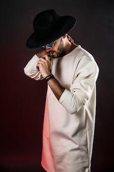 Uomo alla moda in cappello vaping