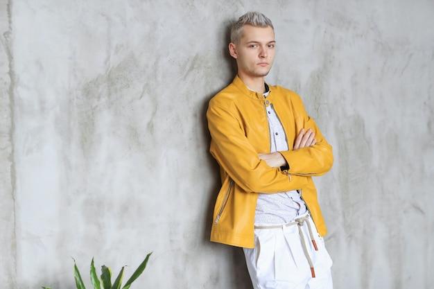 Uomo alla moda in posa