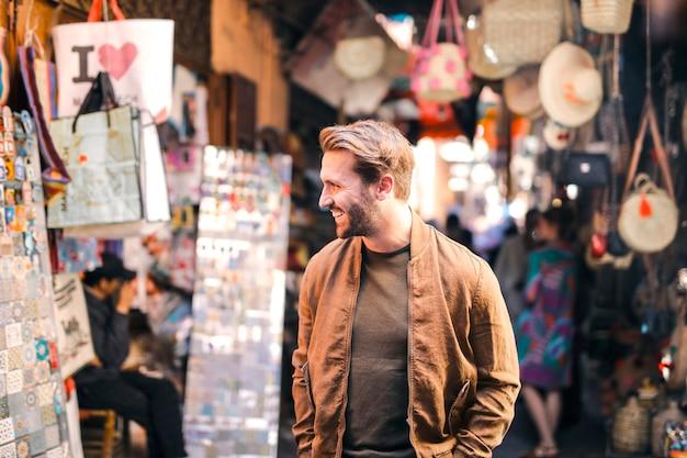 Uomo alla moda in un mercato