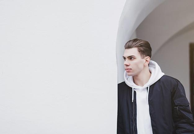 Uomo alla moda in una giacca nera
