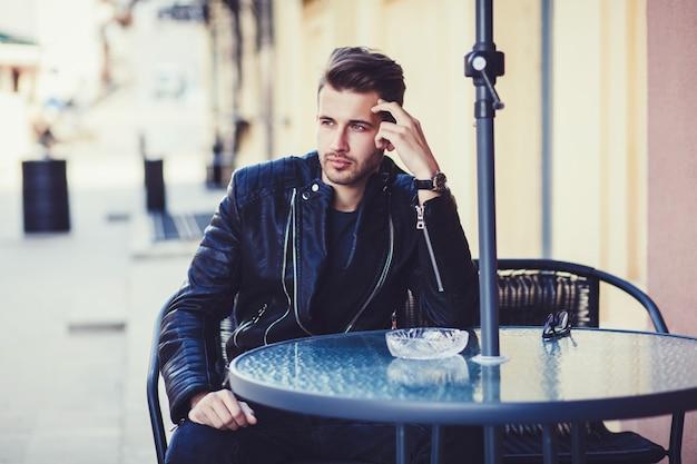 Uomo alla moda in una giacca
