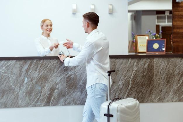 Uomo alla reception dell'hotel.
