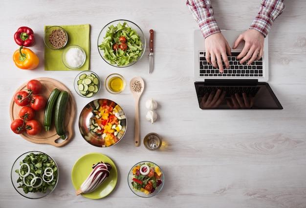 Uomo alla ricerca di ricette online