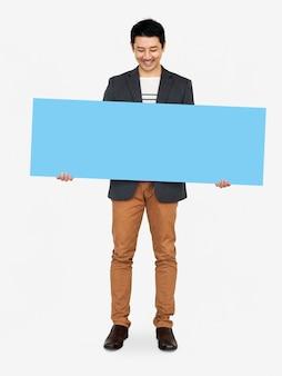 Uomo allegro che mostra una bandiera blu in bianco