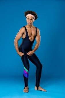 Uomo allegro che posa, mostrando i muscoli