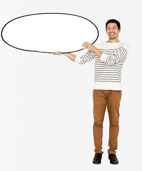 Uomo allegro che tiene un bordo bianco in bianco
