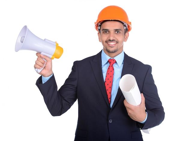 Uomo allegro con casco da costruzione e megafono.