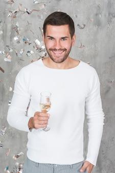 Uomo allegro con champagne