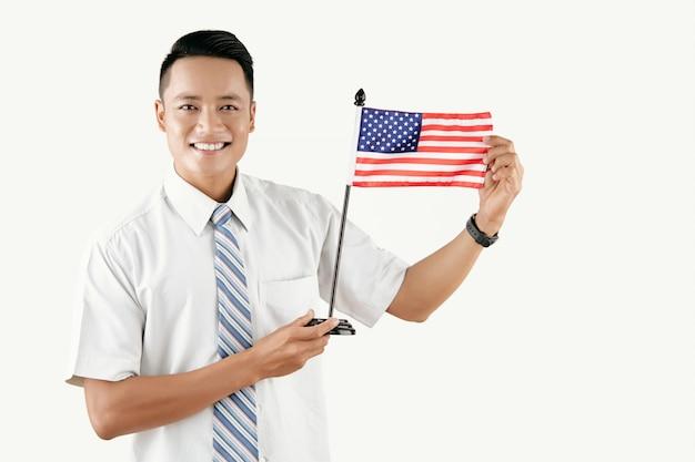 Uomo allegro con la bandiera degli stati uniti