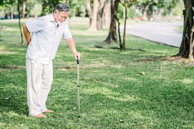 Uomo anziano asiatico che soffre di mal di schiena