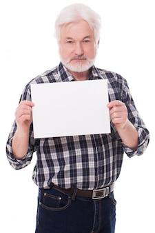 Uomo anziano bello con carta